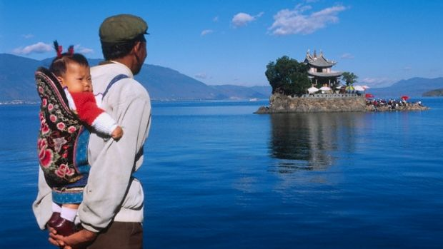 Erhai Lake in Yunnan Province is one of the largest freshwater lakes in China. It had become heavily polluted with ...