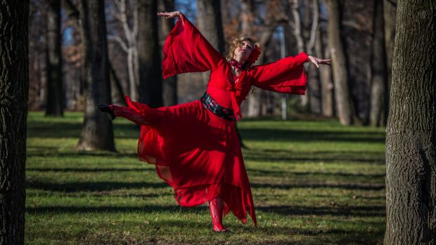 Dancer Brooke Thomas has choreographed the dance to be almost an exact replica of the 1978 Kate Bush music video.