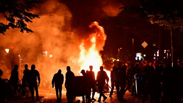 """Protesters erect burning barricades during the """"Welcome to Hell"""" protest march in Hamburg."""