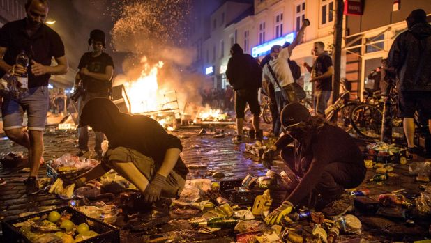 Protesters against the G20 Summit plunder a supermarket and throw the goods into fires in the Schanzenviertel district.