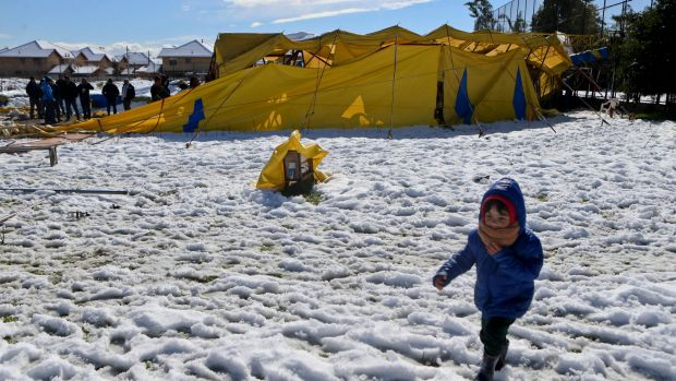 The record snow brought down the Los Pollitos circus tent in Santiago on Saturday.