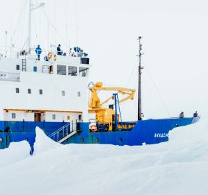 Blizzards and massive icebergs worsened the Akademik Shokalskiy's Antarctic plight.