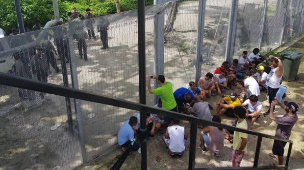 Asylum seekers held on Manus Island have urged Papua New Guinea to distance itself from Australia's refugee policy.