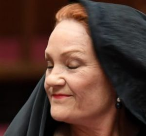 One Nation senator Pauline Hanson takes off the burqa.