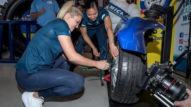 Carlton's Jessica Hosking and Darcy Vescio team up to compete against the Western Bulldogs to see who can change a tyre ...