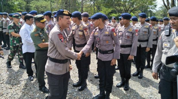 West Papua police chief and West Papua Armed Forces commander meet the troops.