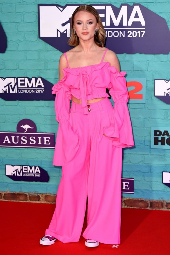 Flares, neon pink and oversized sleeves, Zara Larsson decided to wear this year's big trends all in one.