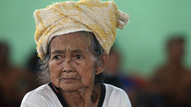 An elderly woman waits at a temporary shelter in Klungkung following the eruption of Mount Agung.