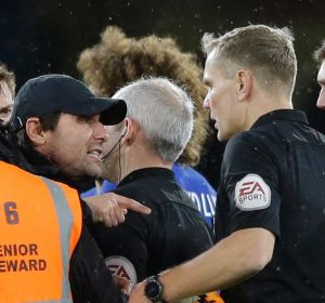 Chelsea's manager Antonio Conte (cap) has a chat with the referee.