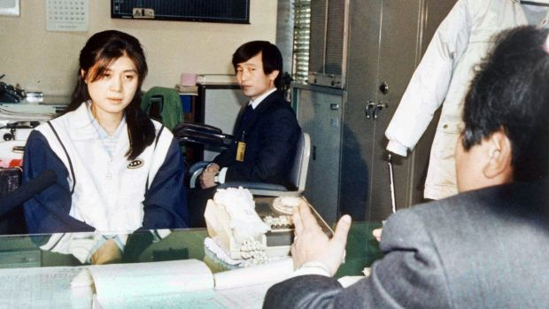 A prosecutor questions Kim Hyon-hui, left, on December 2, 1988, about the  bombing of a South Korean airliner in which ...