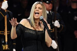 Singer Fergie has apologised for Monday's jazzy rendition of the US anthem.