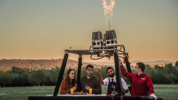 Alex Larcombe and Jonathan Stratham, try the 'Breakfast in a Balloon' experience Australia's first ever breakfast in a ...