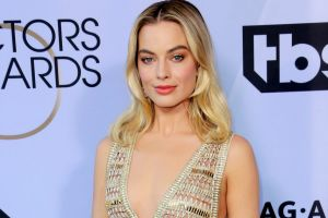 Margot Robbie arrives at the 25th annual Screen Actors Guild Awards, wearing Chanel.