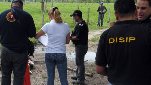 Police investigate whether the bodies found dead on Colombia's border are those of the kidnapped soccer team.