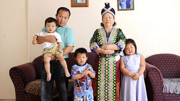 Yang Vang (Nyiaj Yaj) in Craigieburn with his mother Mab Yai and children Ywj Pheej (in his arms), Tsha Lij and Pa Nub Wi.