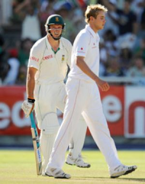 Graeme Smith and Stuart Broad at Newlands.