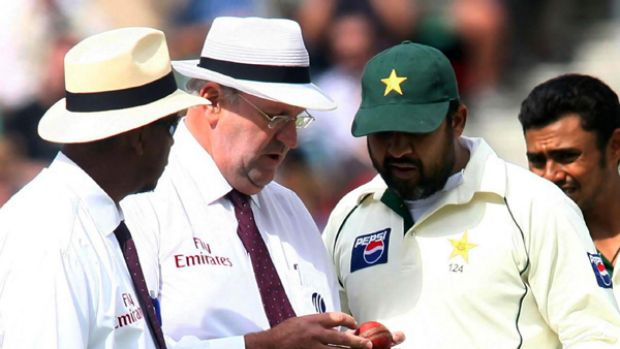 Darrell Hair and Billy Doctrove with Inzamam-ul-Haq at the Oval in 2006.