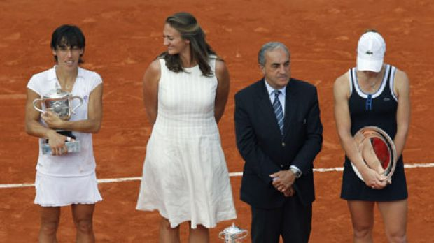Italy's Francesca Schiavone (left) poses with her trophy next to former French tennis star Mary Pierce, French Tennis ...