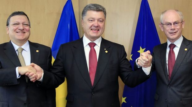 Ukraine's President Petro Poroshenko, centre, poses with European Commission President Jose Manuel Barroso, left, and ...