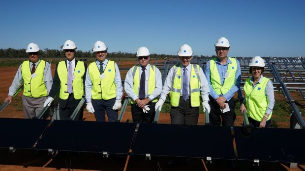 AGL's first installers: (L-R) Ray Donald, Bogan Shire Mayor; Ivor Frischknecht, ARENA, CEO; Kevin Humphries, Minister ...